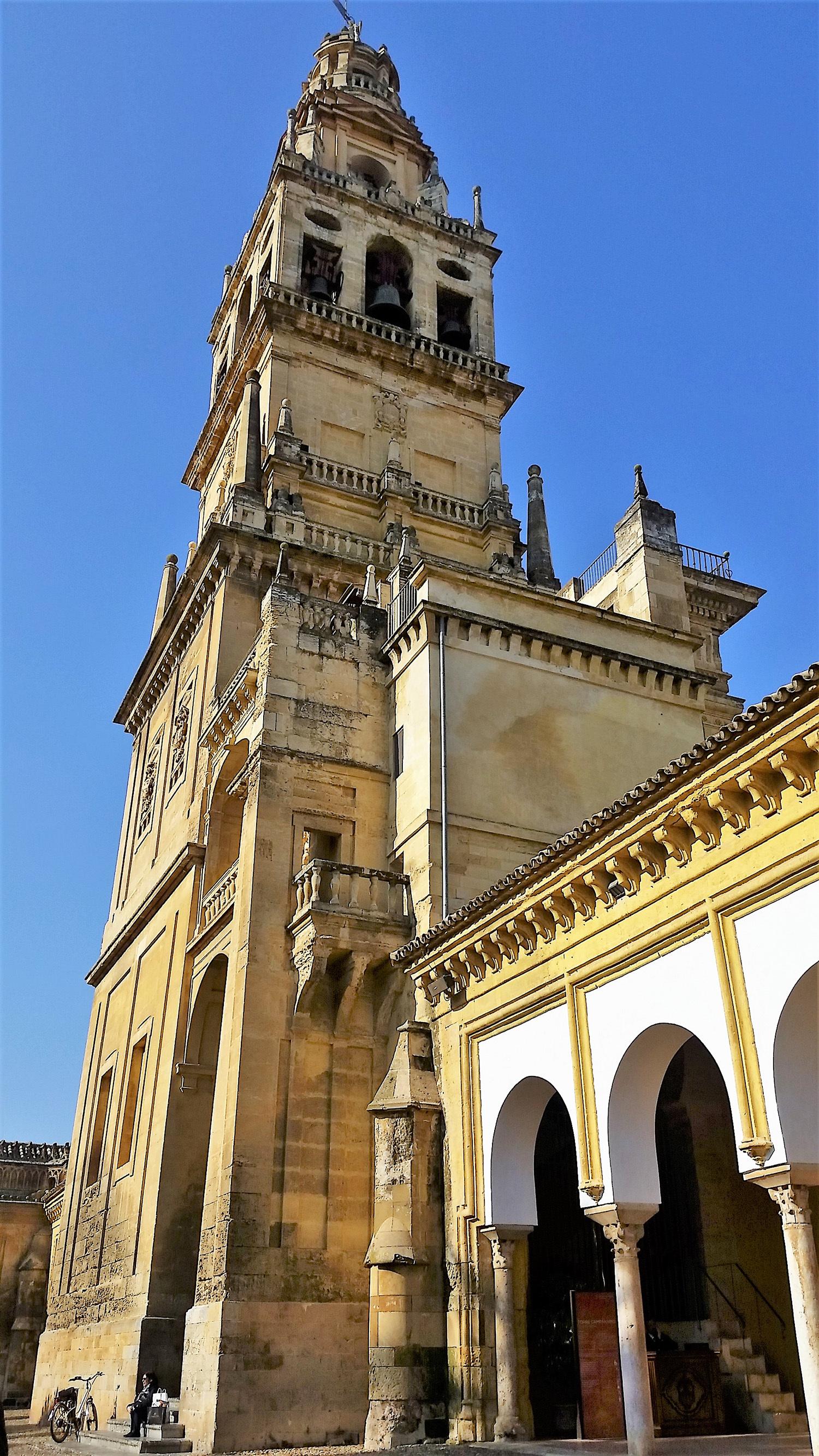 گھنٹا ٹاور، جو کبھی مسجد کا مینار ہوا کرتا تھا.— تصویر بشکریہ لکھاری