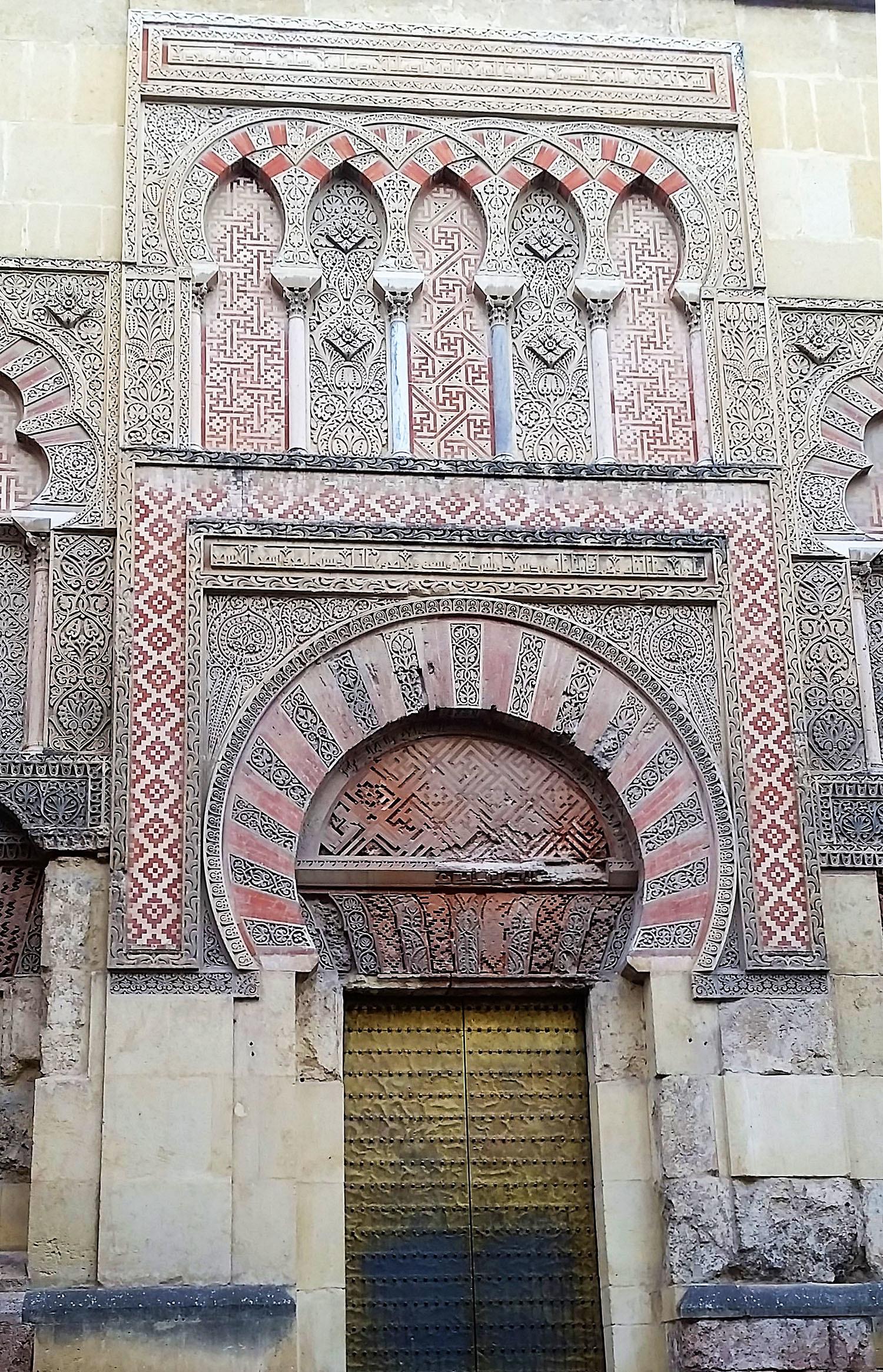 مسجد کا دروازہ.— تصویر بشکریہ لکھاری