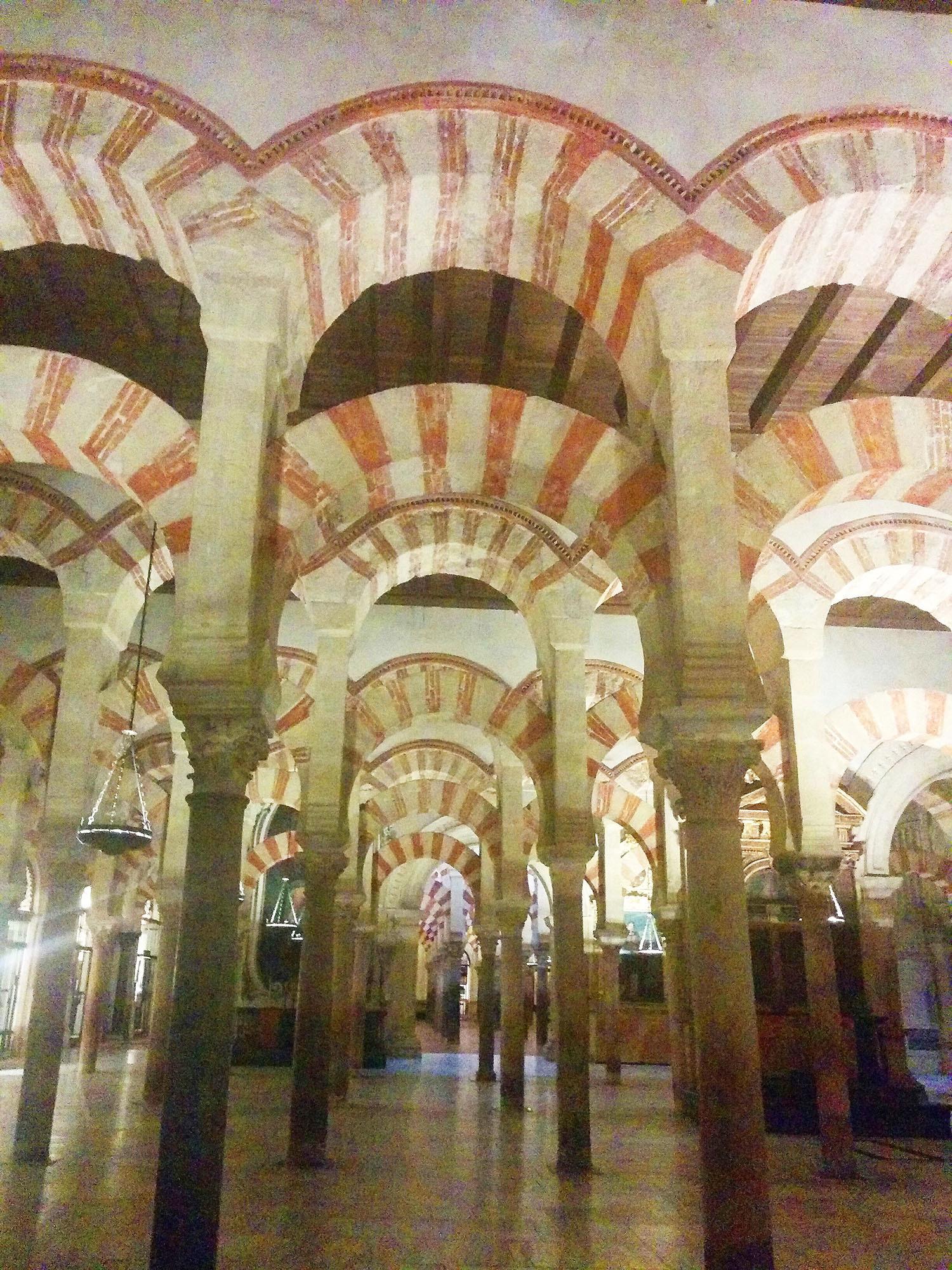 مسجد کی مشہور محرابیں.— تصویر بشکریہ لکھاری