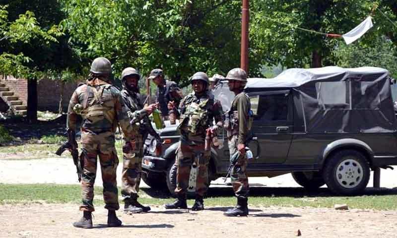 ضلع کپواڑہ میں آپریشن کے دوران فوجی نظر آرہے ہیں — فوٹو: بشکریہ انڈین ایکسپریس.