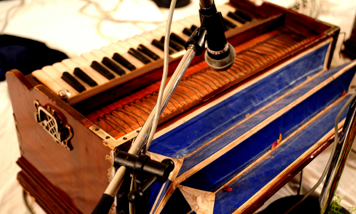 Afzal Sabri Qawwal performing at Junagadh House, Karachi  Arif Mahmood, White Star