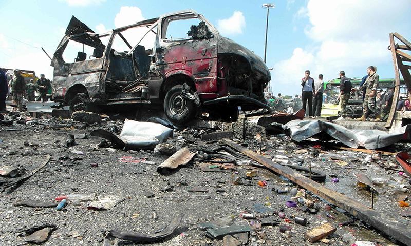 شام میں بم دھماکوں کے بعد لوگ جائے وقوع پر جمع ہیں—۔فوٹو/ اے ایف پی