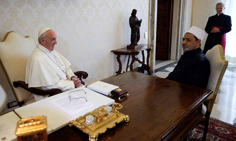 Pope Francis meets Sheikh Ahmed Mohamed el-Tayeb (R), Egyptian Imam of al-Azhar Mosque, at the Vatican.─Reuters
