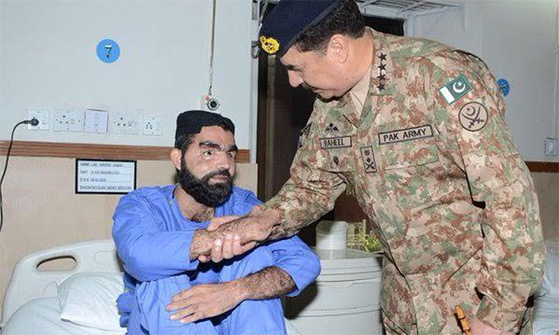 Army chief shakes hand with a soldier who lost his eyesight during Zarb-i-Azb. ─ISPR