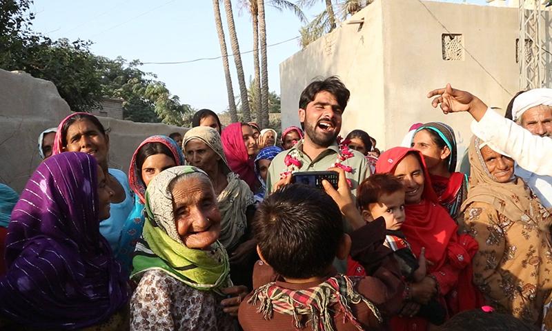 گاؤں کے لوگ شریف کو الوداع کہنے کے لیے جمع ہوئے ہیں — تصویر سید اویس علی