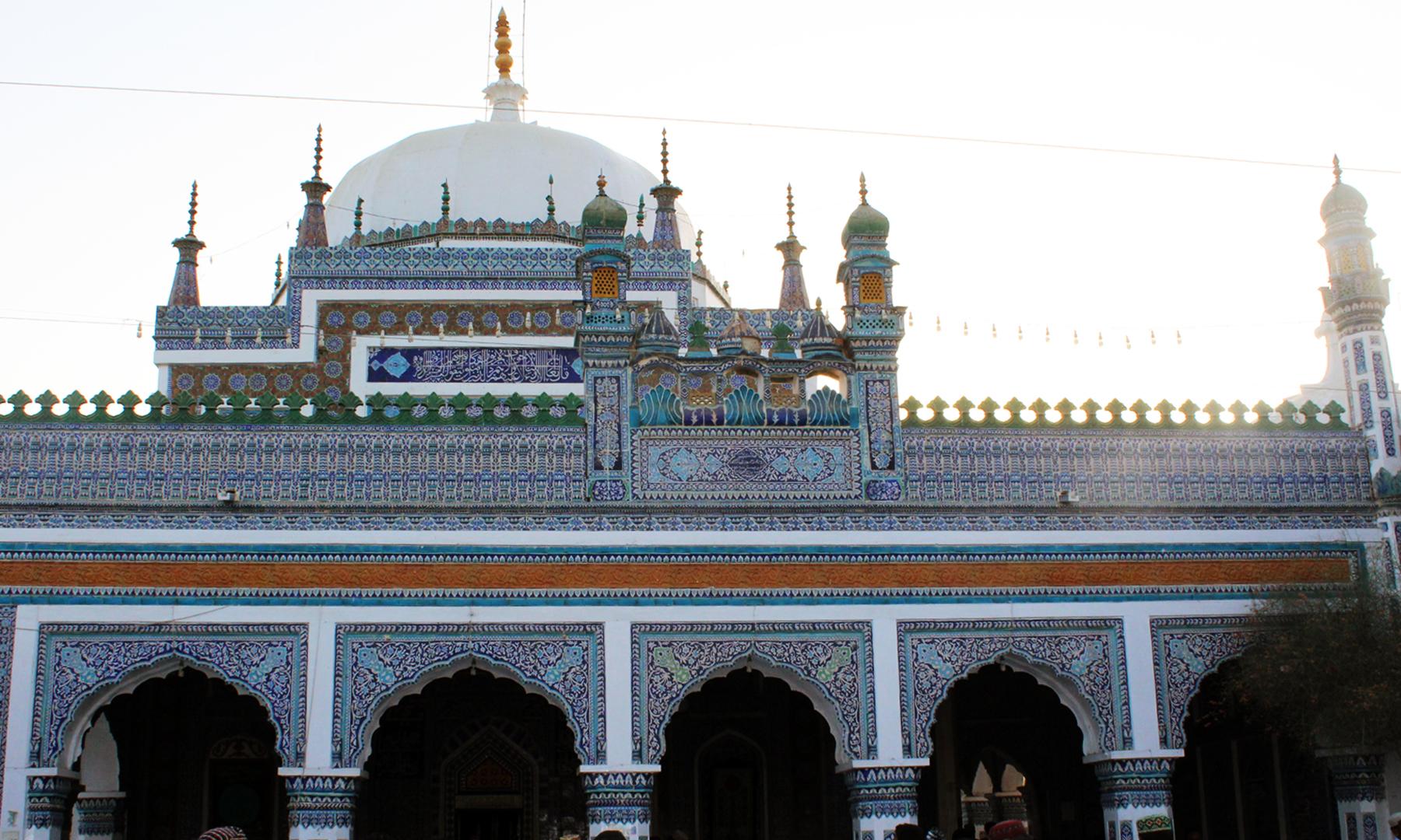 شاہ عبداللطیف بھٹائی کا مزار حیدرآباد سے ایک گھنٹے کے فاصلے پر ہے۔— تصویر اختر حفیظ