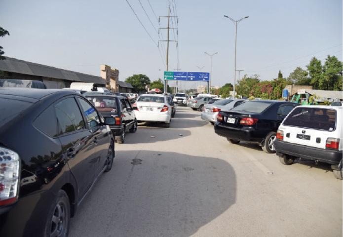Metro project squeezes access to Sunday bazaar - Newspaper