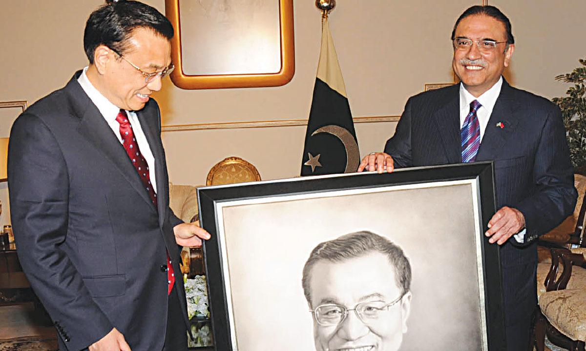 Asif Ali Zardari presents a portrait of Chinese Prime Minister Li Keqland to the latter | White Star