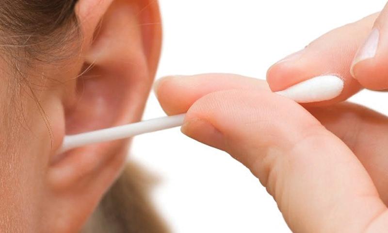 ماہرین کے مطابق ایئر ویکس یا چرک گوش کو اس کے حال پر ہی چھوڑ دینا چاہیے جب تک کہ شدید چرک گوش کی علامات محسوس نہ کرلیں — فوٹو/ کری ایٹو کامنز