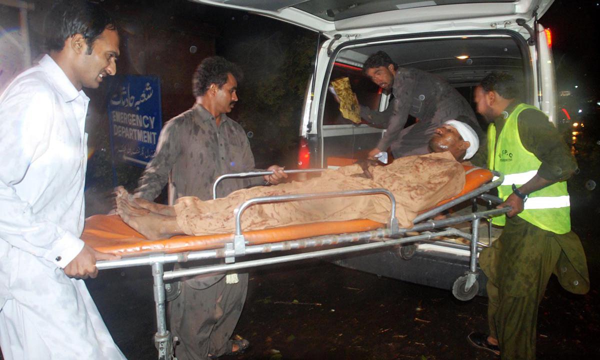 اسلام آباد میں ایک زخمی ہو ہسپتال منتقل کیا جارہا ہے۔ — فوٹو: آن لائن