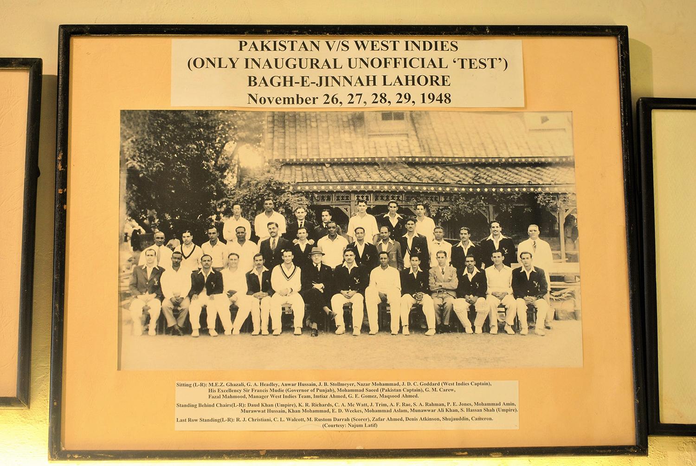 پاکستان اور ویسٹ انڈیز کی ٹیمیں گورنر پنجاب فرانسس مڈی کے ساتھ، نومبر 1948۔— فوٹو عون علی