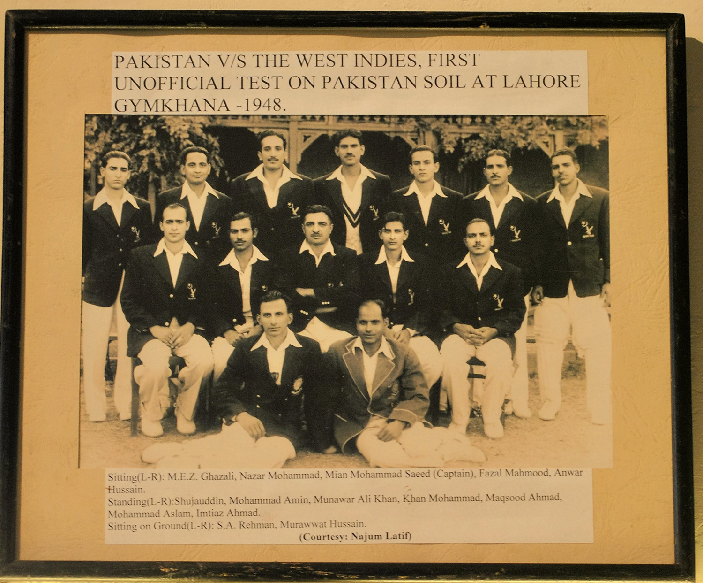 نومبر 1948 میں لاہور جمخانہ میں کھیلے گئے ٹیسٹ میچ کے لیے پاکستانی ٹیم۔— فوٹو عون علی