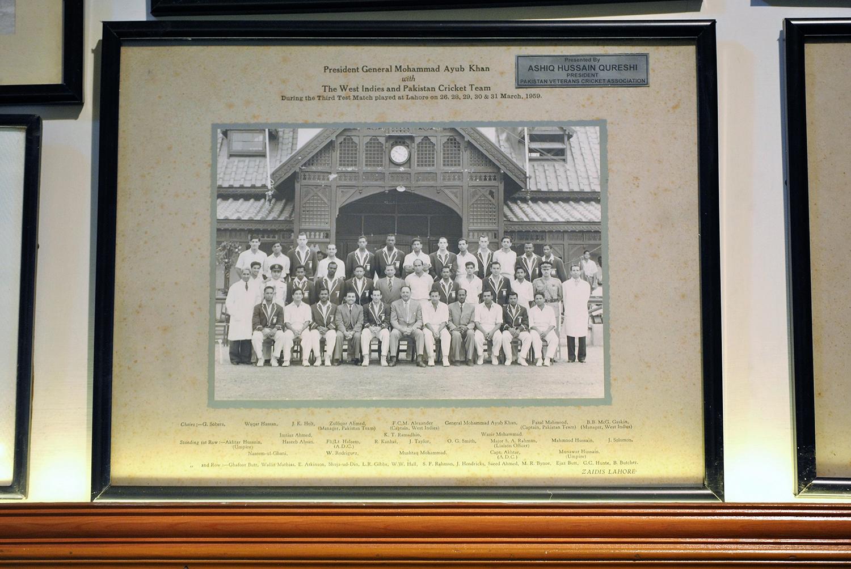 پاکستان اور ویسٹ انڈیز کی ٹیمیں لاہور جمخانہ میں مارچ 1959 میں تیسرے ٹیسٹ میچ کے دوران جنرل ایوب خان کے ساتھ۔— فوٹو عون علی