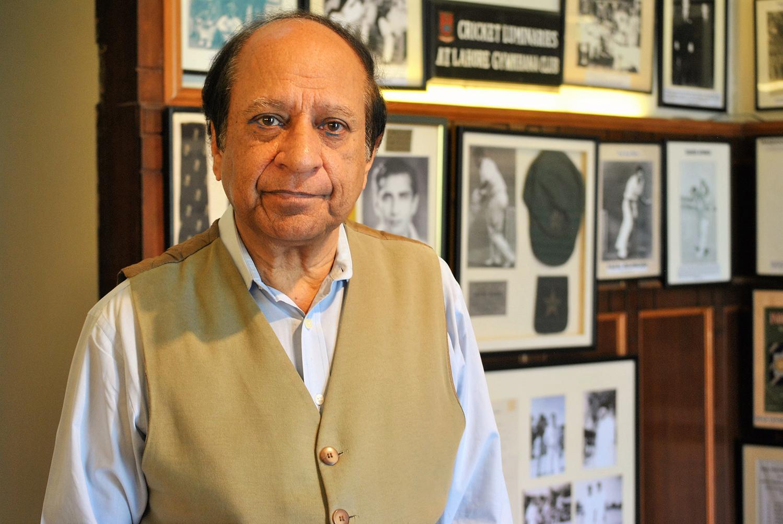 نجم لطیف اس کرکٹ میوزیم کے کیوریٹر ہیں جنہوں نے ملکی کرکٹ تاریخ محفوظ رکھنے میں اہم کردار ادا کیا ہے۔— فوٹو عون علی