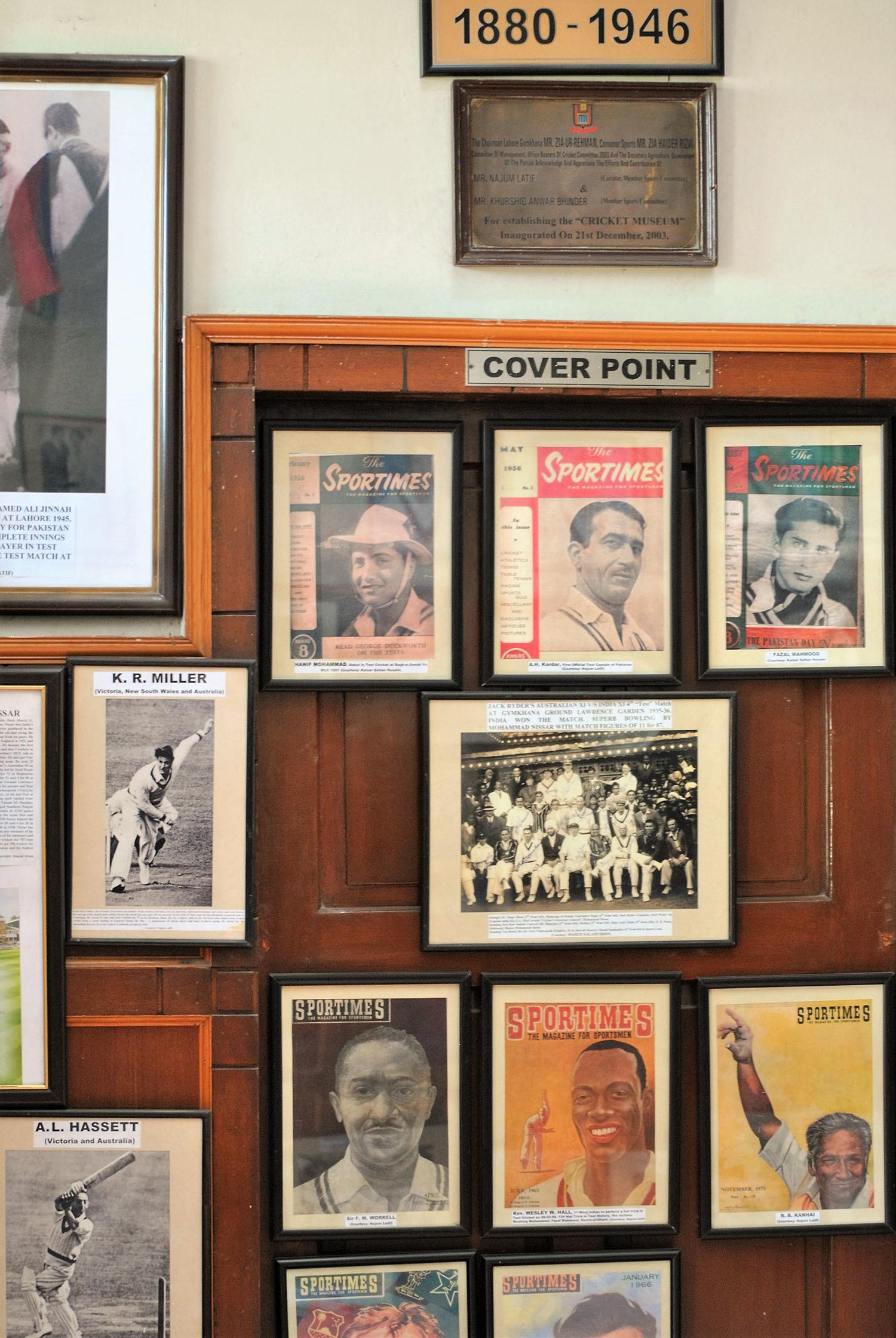 میوزیم میں موجود پاکستان کے مشہور ترین اسپورٹس میگزین 'اسپورٹس ٹائمز' کے چند سرورق۔— فوٹو عون علی