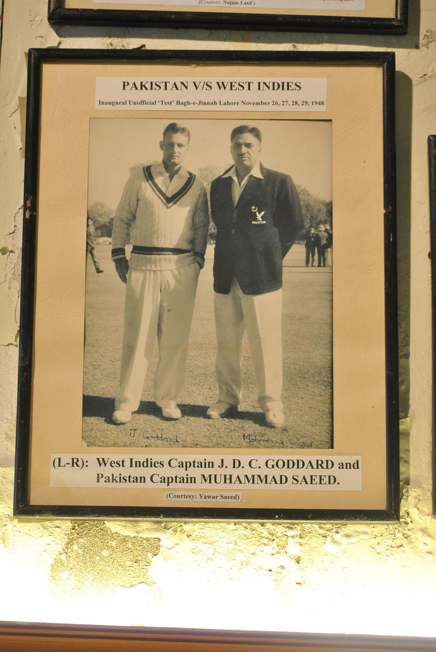 پاکستانی کپتان محمد سعید ویسٹ انڈین کپتان جے ڈی سی گوڈارڈ کے ساتھ نومبر 1948 میں لاہور جمخانہ میں۔— فوٹو عون علی