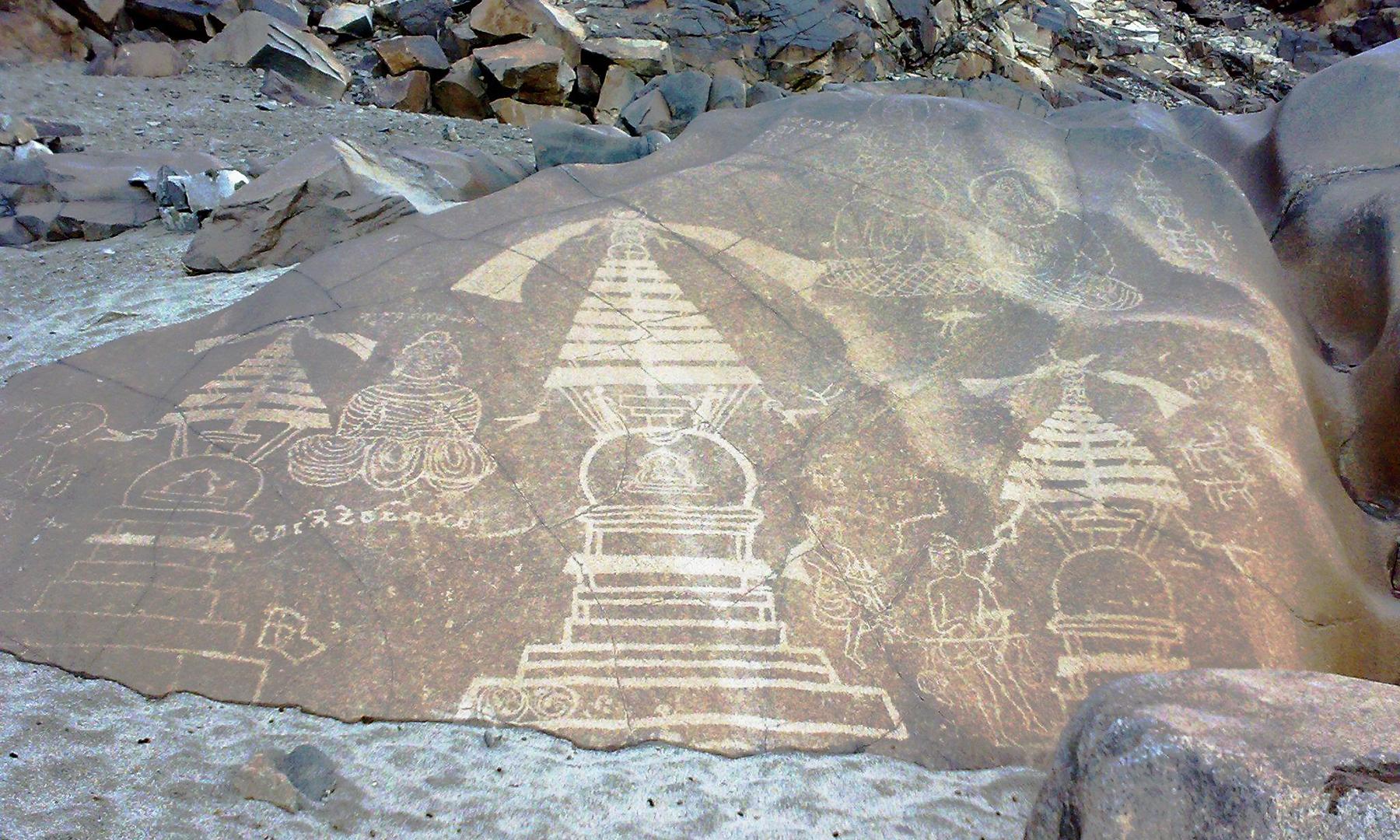 پتھروں پر کندہ کی گئی تصاویر علاقے کی تاریخ بیان کرتی ہیں۔