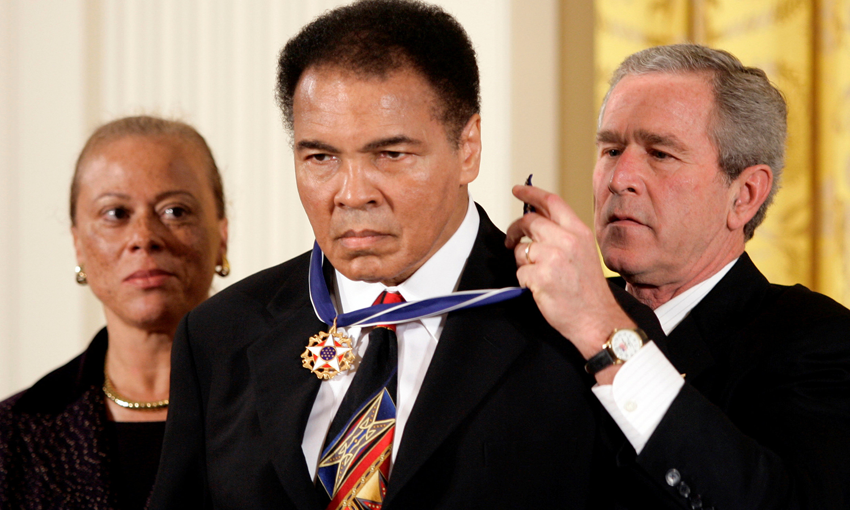 سابق امریکی صدر جارج ڈبلیو بش عظیم باکسر کو صدارتی میڈل فار فریڈم پہنا رہے ہیں— فوٹو:  رائٹرز
