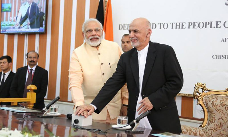 Afghanistan Mohammad Ashraf Ghani and Indian Prime Minister Narendra Modi inaugurate the Salma dam by pressing a button.─Afghan President Office