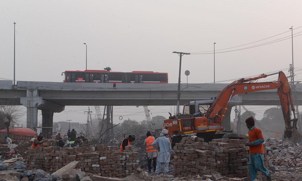 Green Line Metro bus passing through the Jain Mandir area in Lahore | Azhar Jafferi, White Star