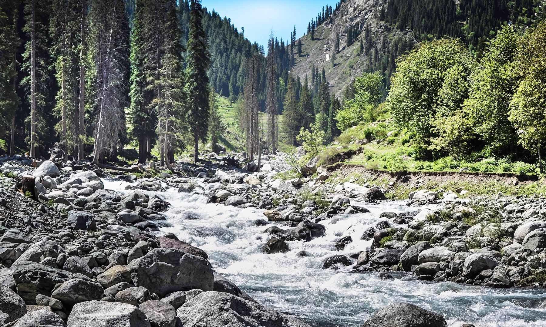 اس مقام پر کنڈول اور سپین خوڑ جھیل سے نکلنے والے پانی کا سنگم ہوتا ہے — تصویر امجد علی سحاب