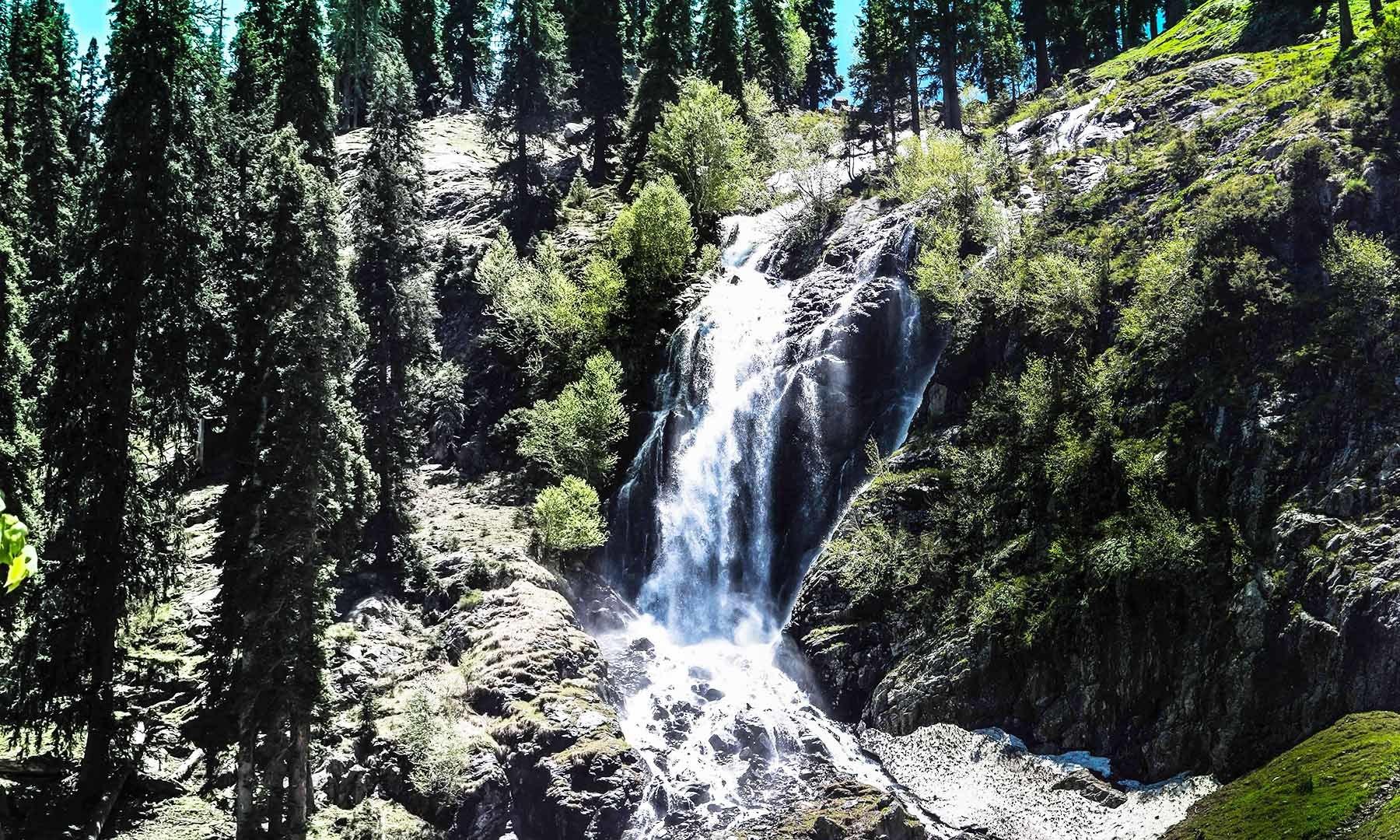 سپین خوڑ آبشار کا دلفریب منظر — تصویر امجد علی سحاب