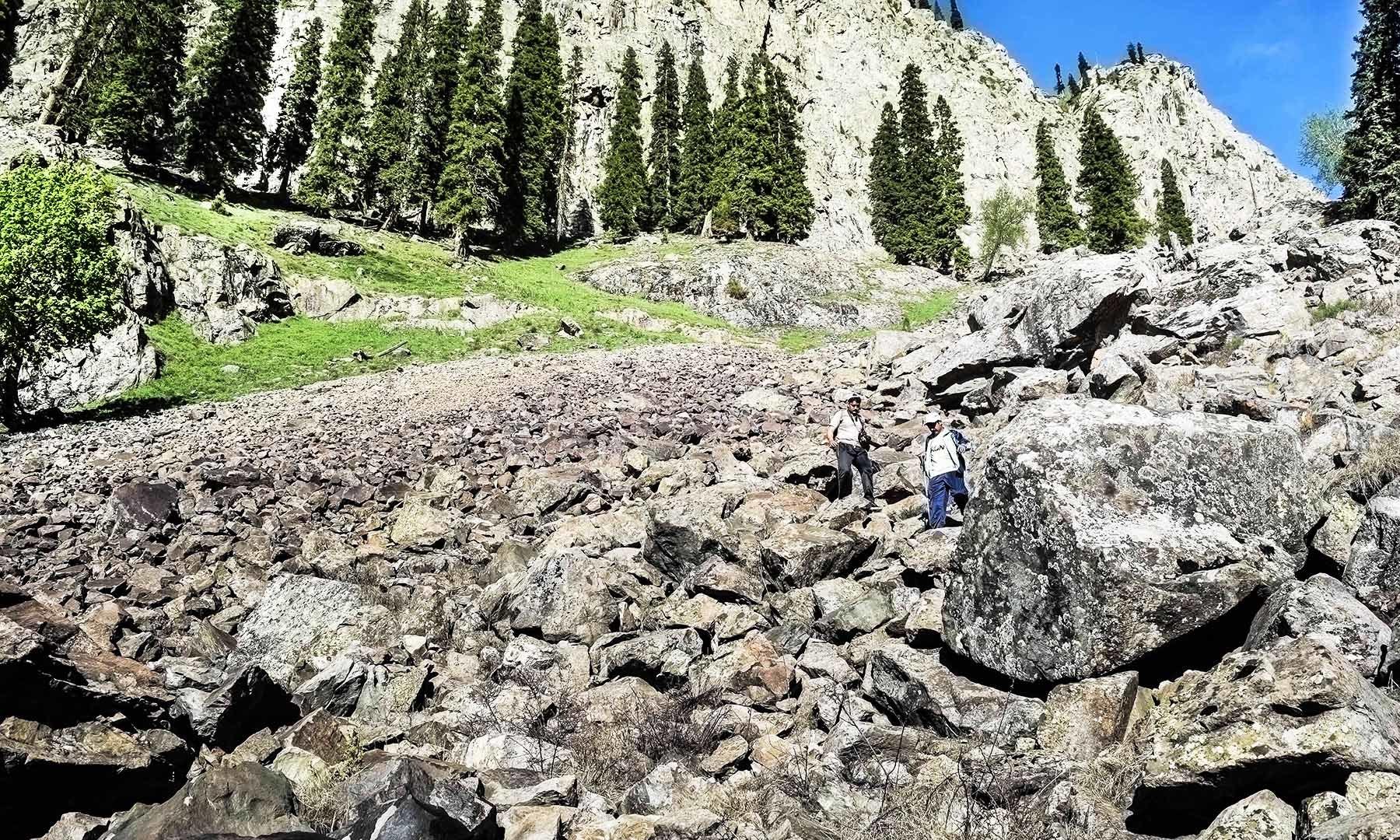 سپین خوڑ جھیل تک رسائی حاصل کرنے والا پتھریلا راستہ تصویر امجد علی سحاب