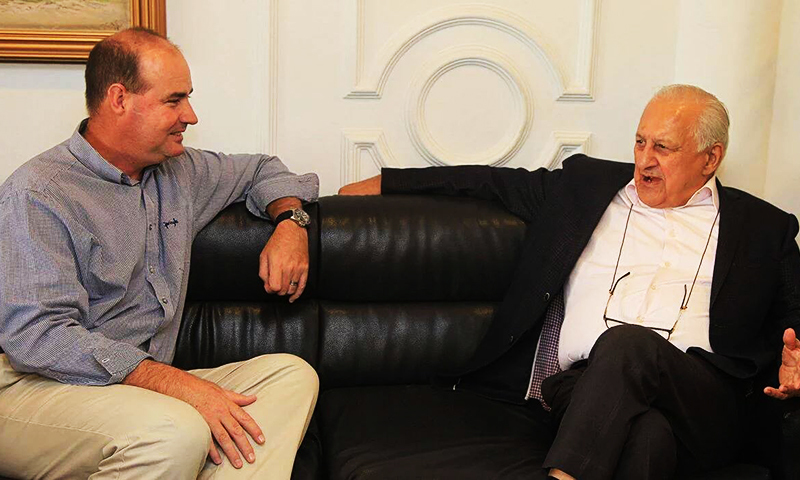 Mickey Arthur with PCB Chairman Shaharyar Khan. ─ DawnNews