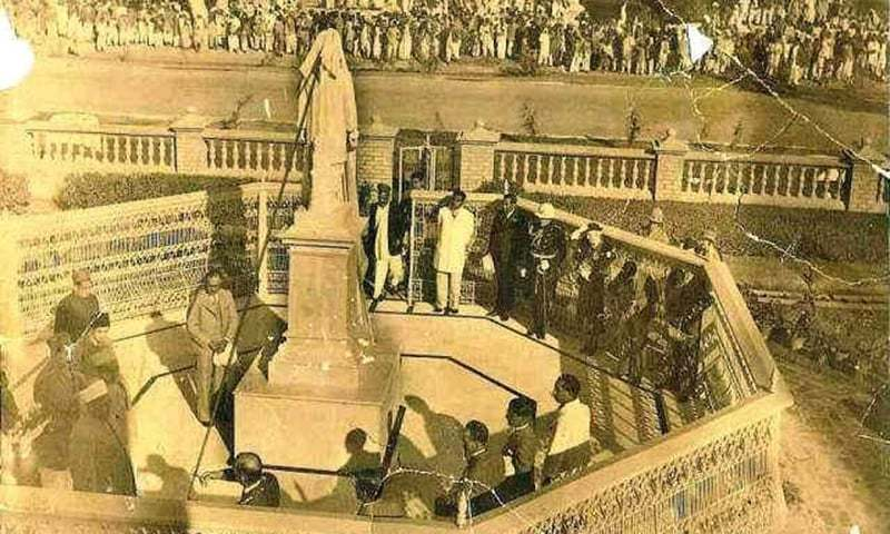 The inauguration of Udhaw Das' sculpture in Shikarpur. —Photo courtesy of  Dalsabzi.com