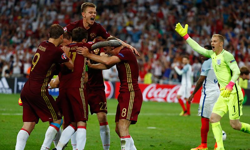 روس کے کھلاڑی میچ کو برابر کرنے پر خوشی سے جشن منا رہے ہیں۔ رائٹرز