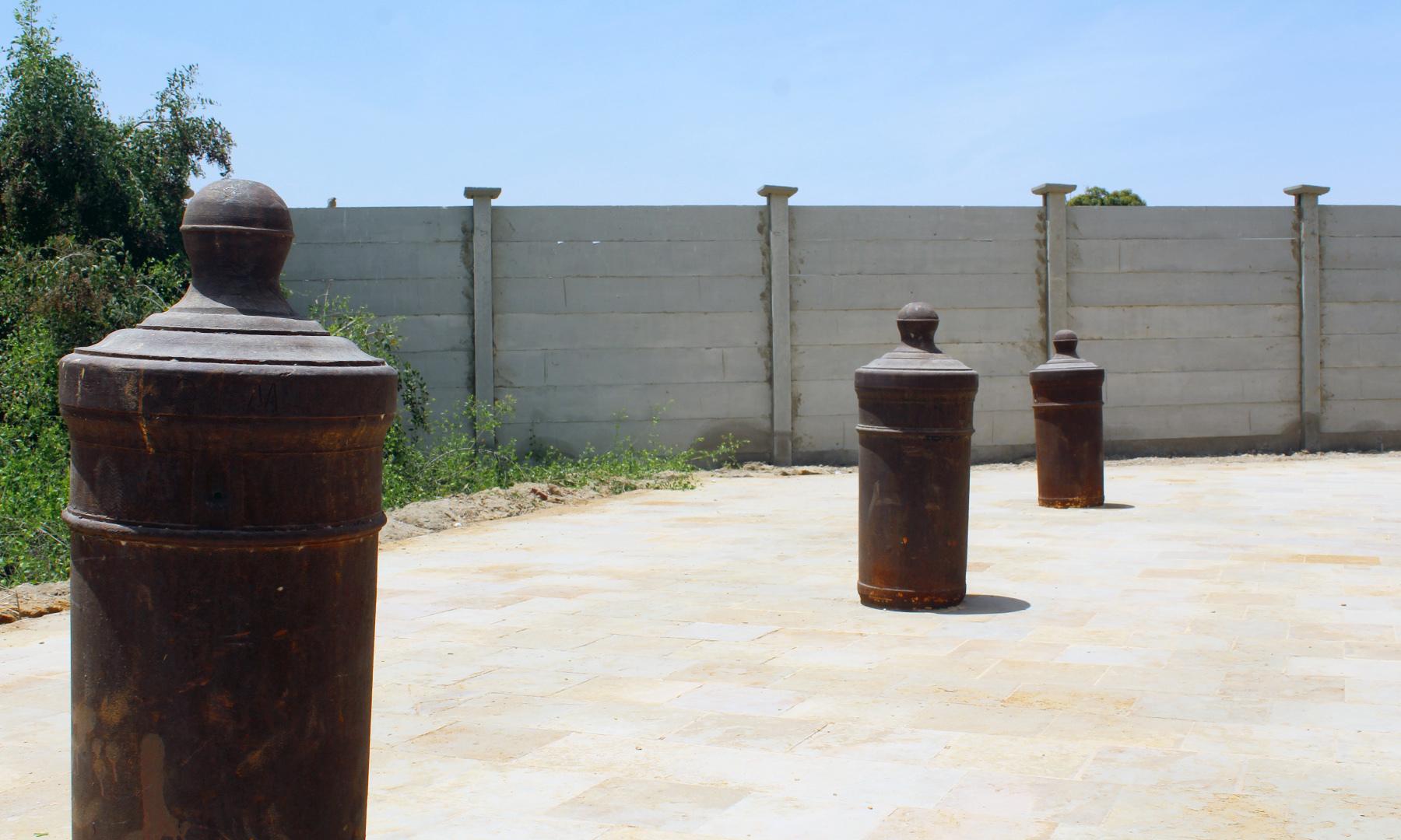یادگار کے مقام پر 8 توپوں کو الٹا نصب کیا گیا ہے — تصویر اختر حفیظ