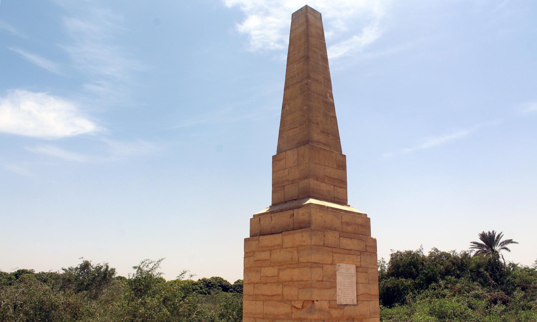 کھیتوں کے درمیان بنیں سپاہیوں کی یادگاریں — تصویر اختر حفیظ