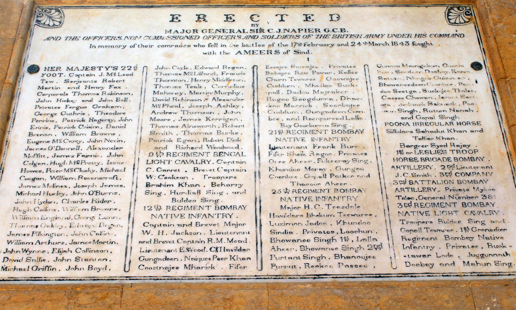 یادگار میں نصب تختی جس پر جنگ میں شریک انگریز سپاہیوں کے نام درج ہیں — تصویر اختر حفیظ
