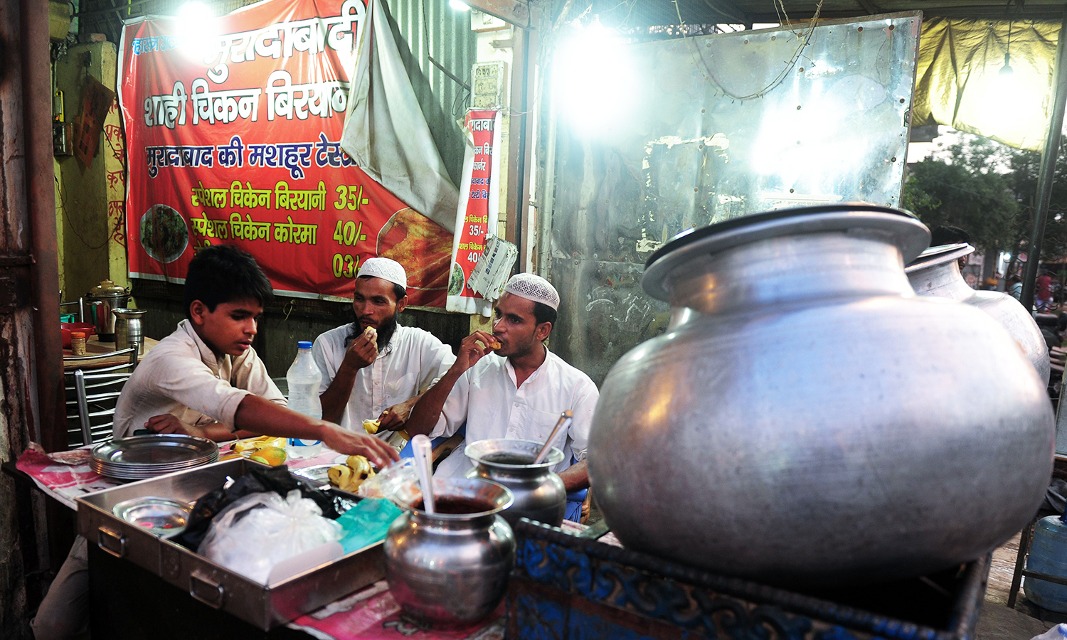 Indian Muslim shopkeepers break their fast at their place of work in Allahabad on June 17, 2016. ─ AFP