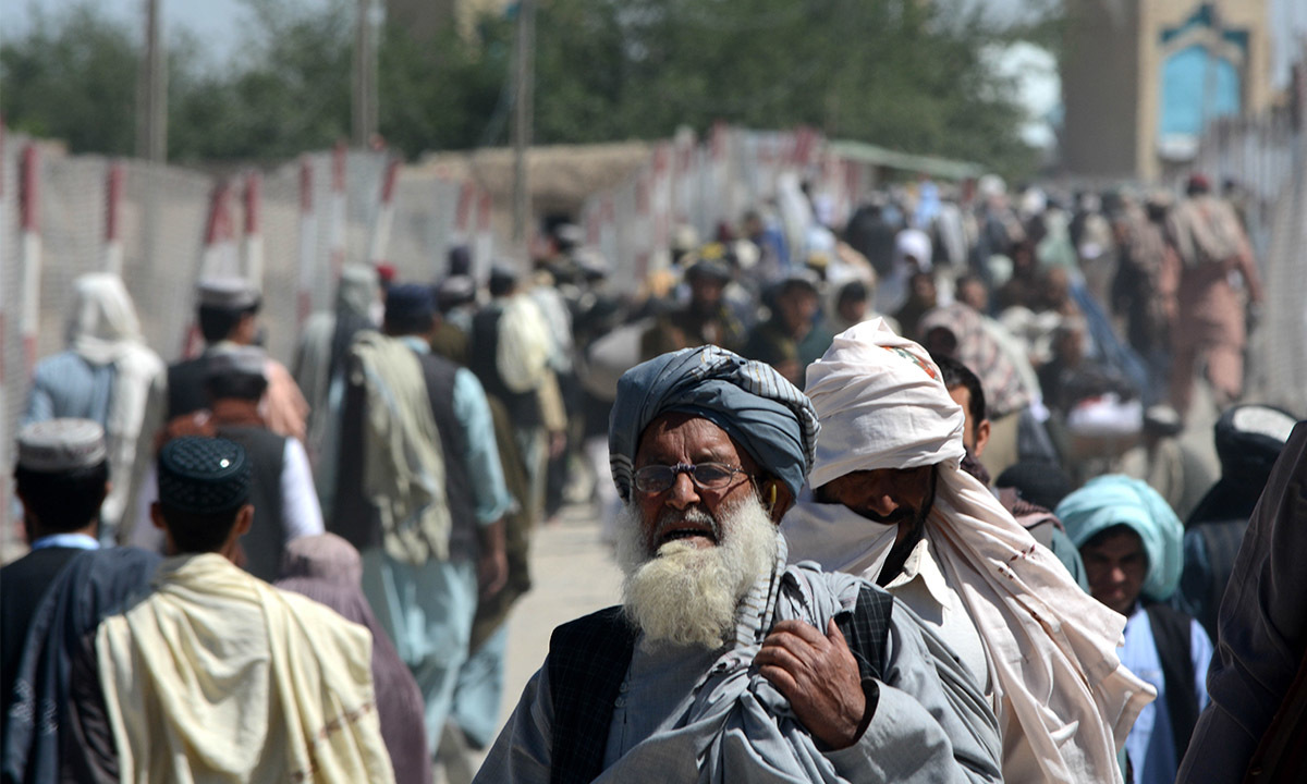 Crowds of people make their way on foot through Friendship Gate at Pakistan-Afghanistan border in Chaman, Balochistan | Photos by Matiullah Achakzai