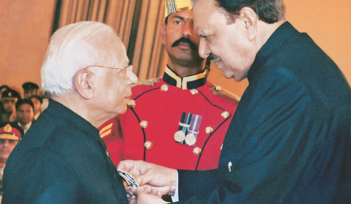 President Mamnoon Hussain presents Dr Ishrat Husain with the Nishan-e-Imtiaz in 2015 |Courtesy Dr Ishrat Husain