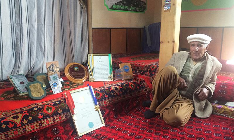 رجب شاہ اپنے گھر میں اپنے تمام ایوارڈز کے ہمراہ بیٹھے ہیں۔