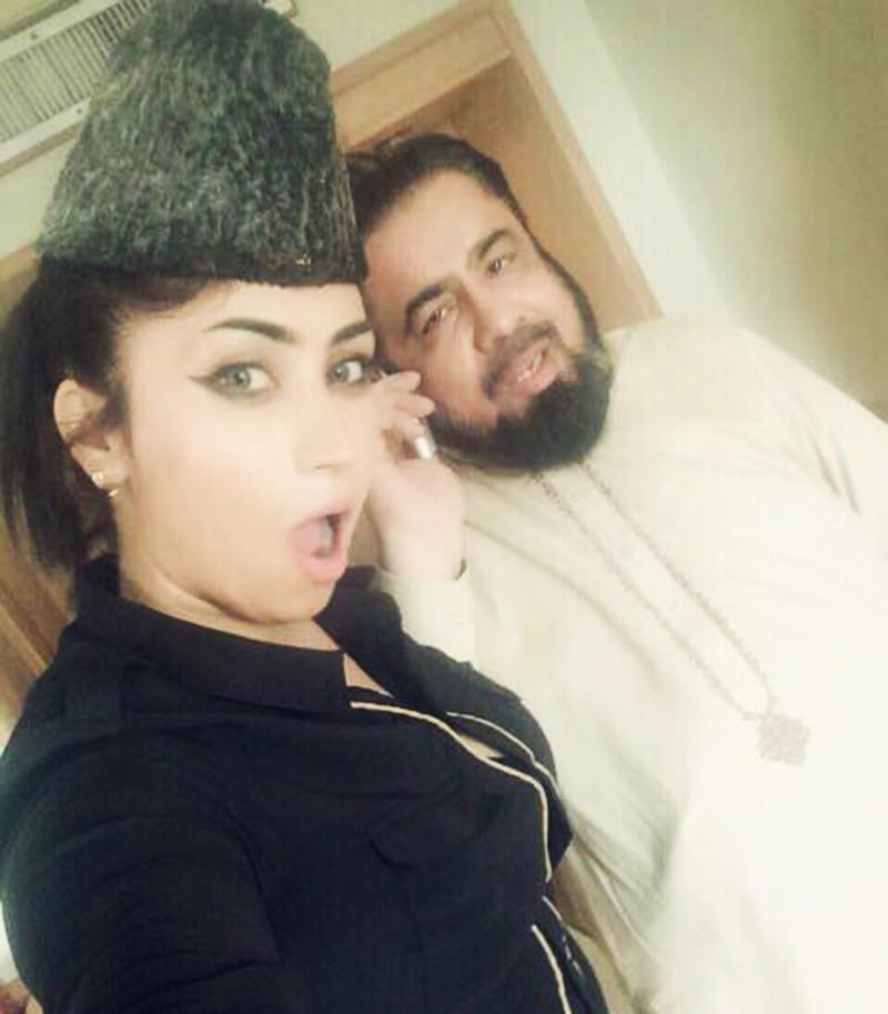 مفتی عبدالقوی اور قندیل بلوچ کی وائرل سیلفی—۔بشکریہ فیس بک