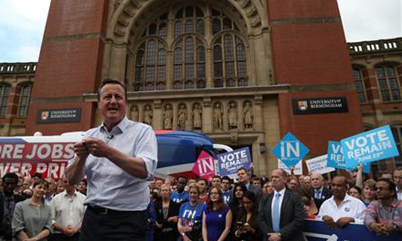 برطانوی وزیراعظم ڈیوڈ کیمرون ووٹرز کو یورپی یونین کے حق میں ووٹ ڈالنے کے لیے قائل کرنے کی کوشش کررہے ہیں—فوٹو/ اے ایف پی