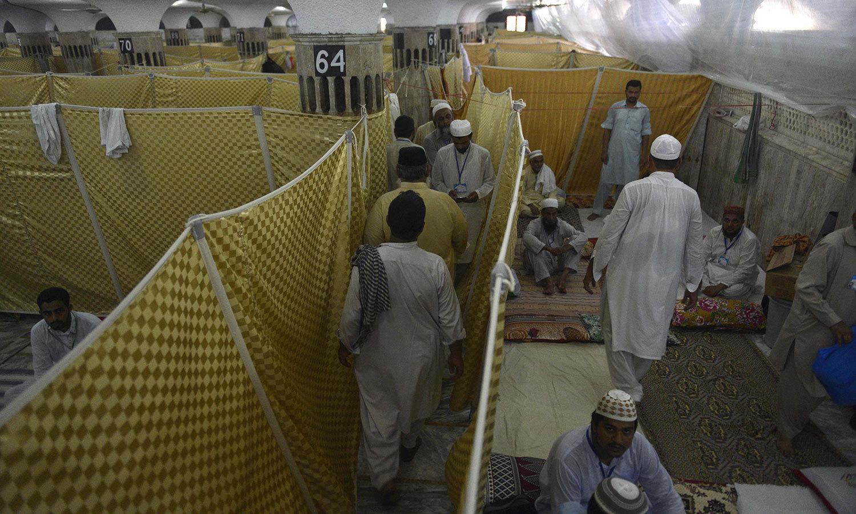 لاہور کی ایک مسجد میں اعتکاف میں بیٹھنے والے افراد کا اجتماع — اے ایف پی فوٹو