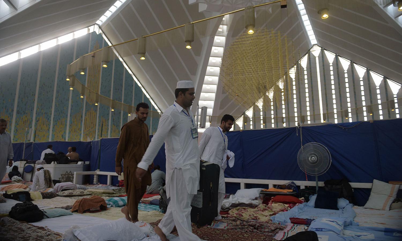 اسلام آباد کی شاہ فیصل مسجد میں متعکفین جمع ہورہے ہیں — اے ایف پی فوٹو