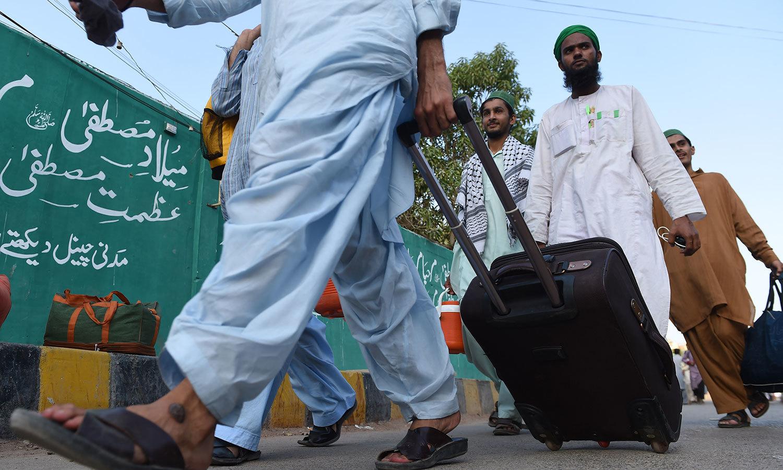 کراچی کی ایک مسجد میں اعتکاف میں بیٹھنے کے لیے لوگ اکھٹے ہورہے ہیں — اے ایف پی فوٹو