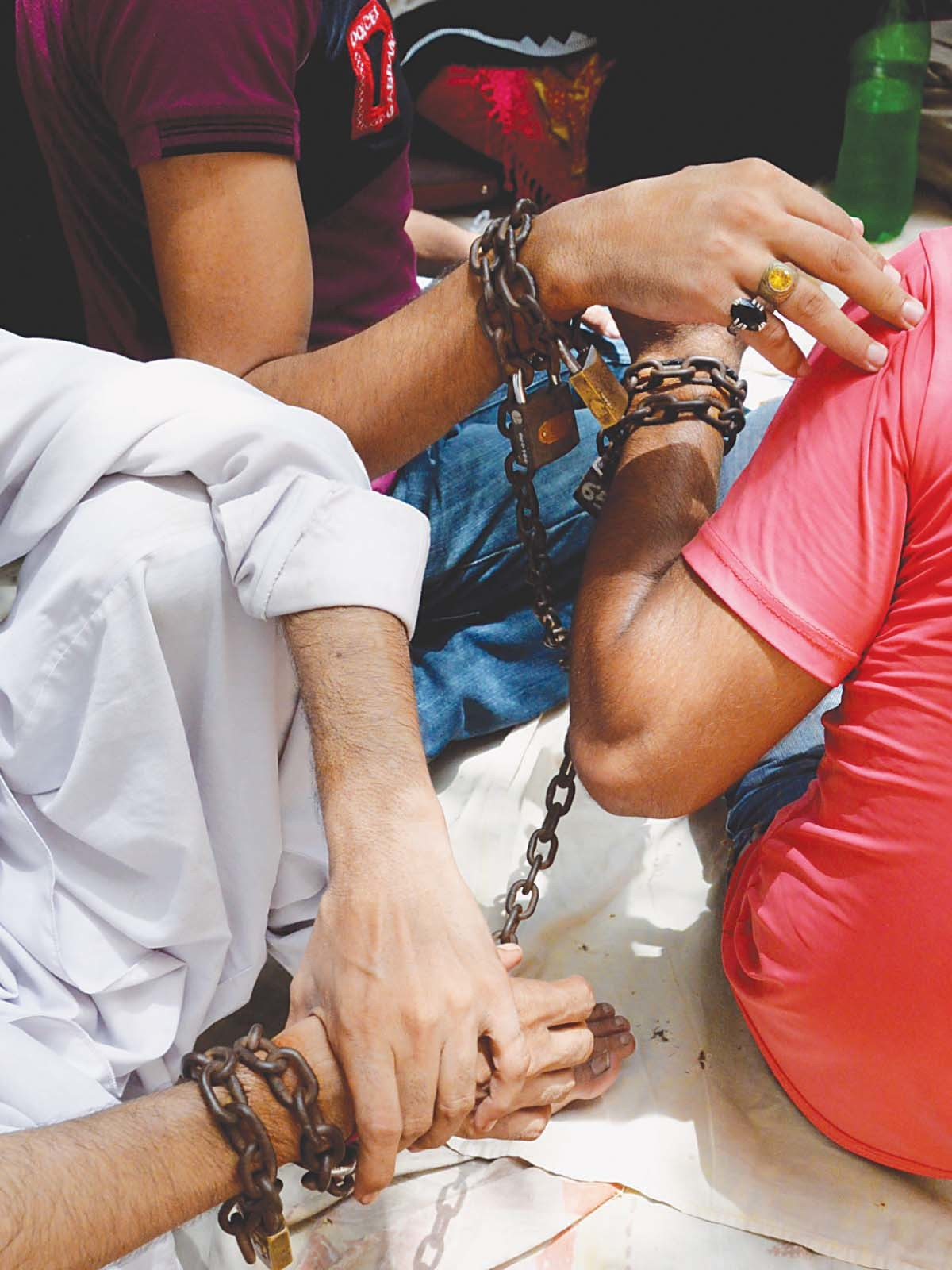 Prisoners sitting outside the Lahore district and sessions court| Arif Ali, White Star