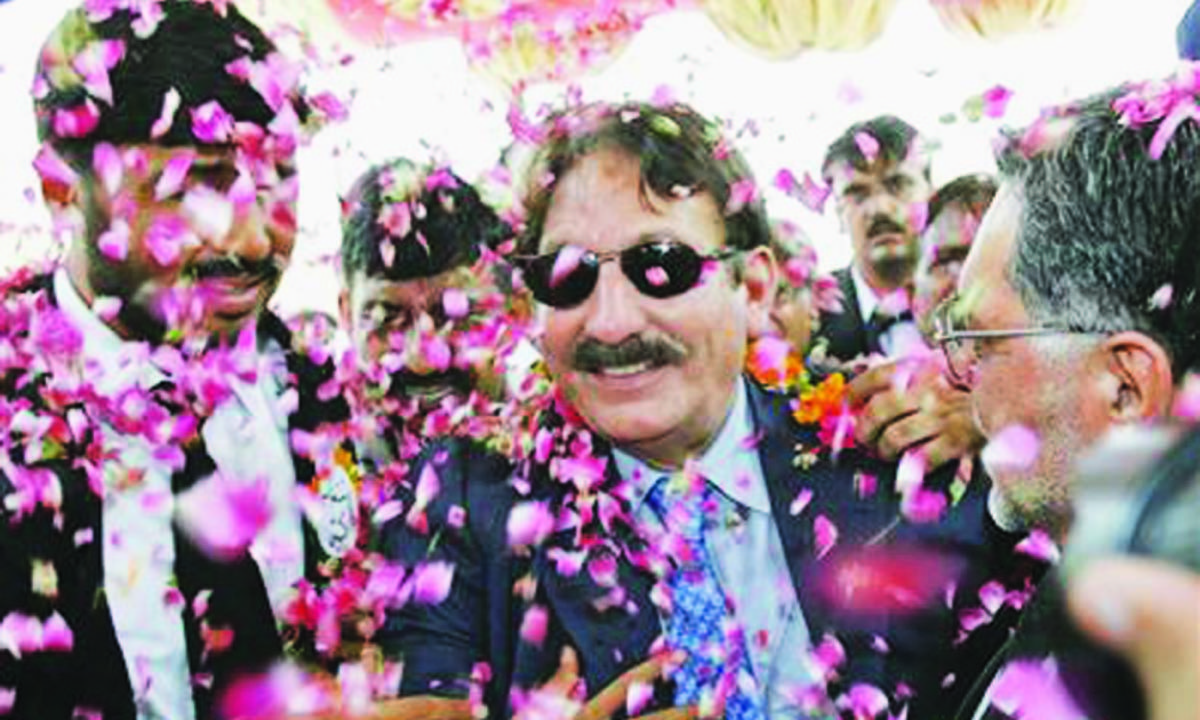 Iftikhar Chaudhry is greeted by supporters in Chakwal| White Star