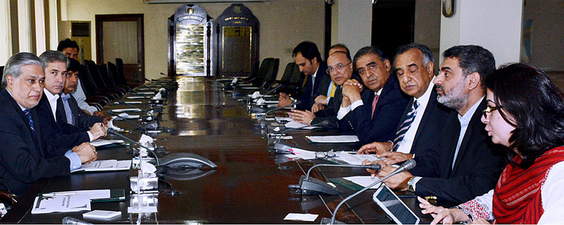 ISLAMABAD: Finance Minister Ishaq Dar chairing a briefing session by SECP on Saturday. — APP