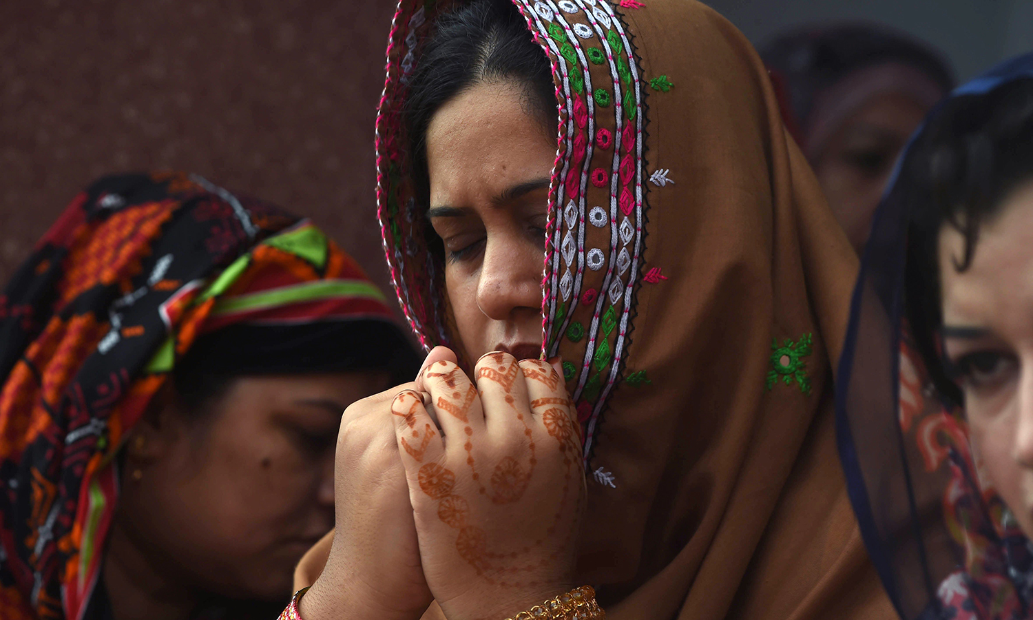 LAHORE: A woman offers prayers at the Badshahi Masjid on Wednesday. —AFP/Arif Hassan