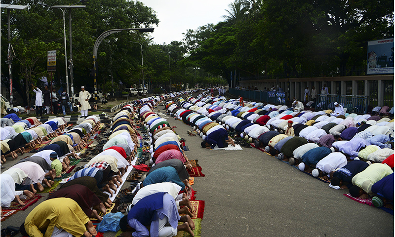 Bangladeshi Muslims offer Eidul Fitr prayers in Dhaka on July 7, 2016.— AFP