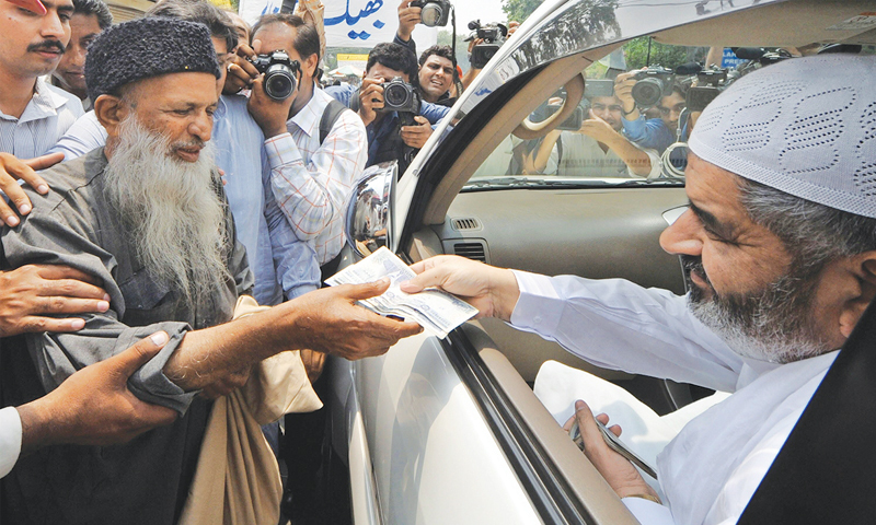 In this photo, Abdul Sattar Edhi can be seen collecting donations on the street.