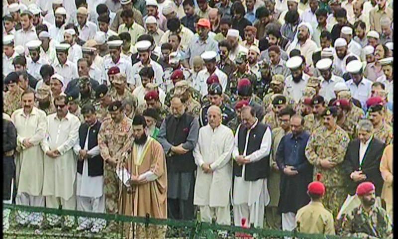 نمازِ جنازہ مولانا احمد خان نیازی نے پڑھائی — فوٹو: ڈان نیوز