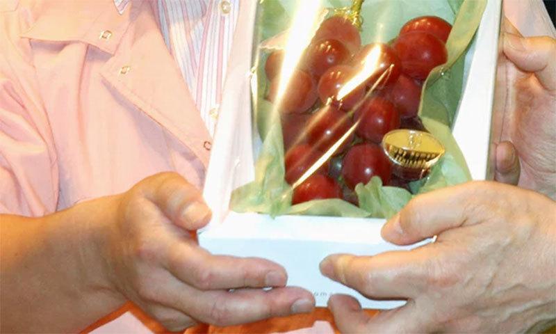 انتہائی مہنگے فروخت ہونے والے انگوروں کو اس طرح پیک کیا گیا— اے پی فوٹو